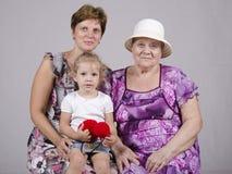 孩子、祖母和曾祖母的家庭画象 免版税库存照片