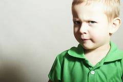 孩子。有蓝色Eyes.Funny孩子的小男孩 库存图片