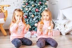 孩子一起喝牛奶并且吃麦甜饼 早餐 免版税图库摄影