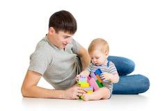 孩子一起男孩和父亲作用 免版税库存照片