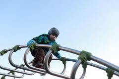 孩子上升的金属桥梁 库存照片
