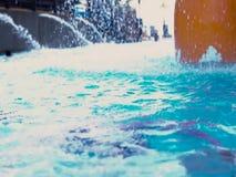 孩子下潜的慢动作在水池的 股票录像