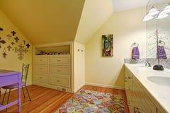 孩子与存贮内阁和桌的卫生间内部 库存照片