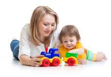 孩子与玩具一起的男孩和母亲戏剧 免版税库存图片