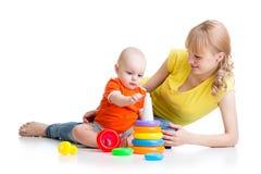 孩子与玩具一起的男孩和母亲戏剧 图库摄影