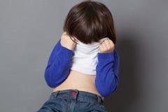孩子与暴露性的比赛的乐趣概念 图库摄影