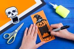 孩子为万圣夜做暴牙的纸玩具 第11步 免版税库存图片