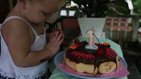 孩子为我的生日首先看见了蛋糕一年用与蜡烛的樱桃 股票视频