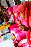 孩子为仪式的阿拉祈祷在古兰经的毕业。 免版税库存图片