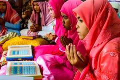 孩子为仪式的阿拉祈祷在古兰经的毕业。 库存照片