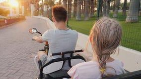 孩子乘坐一辆电滑行车,招待在手段 股票视频