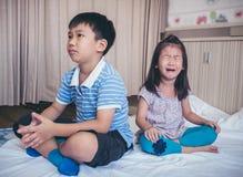 孩子争吵的冲突  在fa的关系困难 免版税库存照片