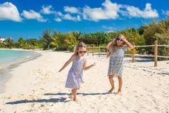孩子享受在海滩的暑假 免版税库存照片