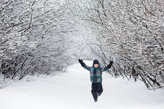 孩子享用冬天和使用与雪 免版税库存照片