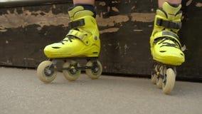 孩子体育爱好设备被佩带在直排轮式溜冰鞋下 股票视频