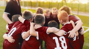 孩子体育队杂乱的一团 在比赛决赛前被会集的足球队员的男孩 库存照片