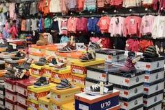 孩子体育鞋子在商店 免版税库存图片
