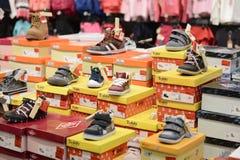 孩子体育鞋子在商店 免版税图库摄影