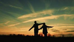 孩子作梦飞行 女孩超级英雄横跨草甸跑反对美丽的天空的背景 儿童游戏 影视素材