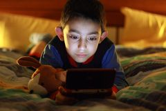 孩子作用计算机游戏 图库摄影