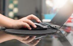 孩子使用一只计算机老鼠 免版税库存照片