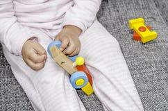 孩子使用与一辆五颜六色的木汽车 免版税图库摄影