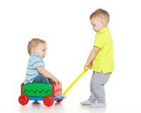 孩子使用与玩具汽车。 免版税库存照片