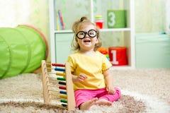 孩子使用与算盘的weared玻璃 库存照片