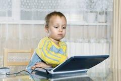 孩子使用儿童` s计算机 库存图片