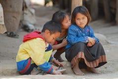 孩子使用在街道在一个恶劣的村庄靠近琅勃拉邦,老挝 图库摄影
