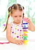 孩子使用用五颜六色的面团 免版税图库摄影