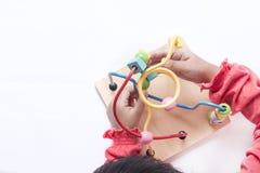 孩子使用用块不同的形状并且移动它aro 库存照片