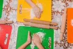 孩子使薄饼自创 库存图片