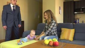 孩子保姆放松了在沙发的谎言,当意想不到的回归小父亲 4K 股票录像