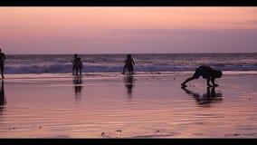 孩子假期在海滩,巴厘岛-印度尼西亚。 股票视频