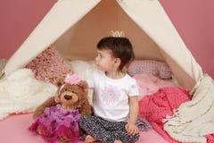 孩子假装戏剧:Crown公主和圆锥形帐蓬帐篷 免版税库存图片