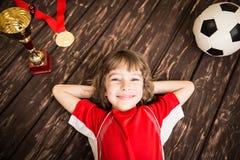 孩子假装是足球运动员 免版税图库摄影