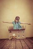 孩子假装是飞行员 免版税库存图片