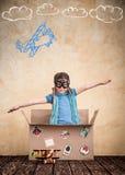 孩子假装是飞行员 免版税库存照片