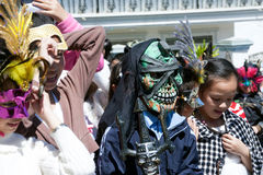 孩子假装自己当走在街道.DA拉特,越南10月30日的影片的字符 免版税库存照片