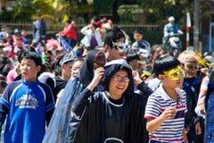孩子假装自己当去在street.DA拉特,越南10月30日的影片的字符 库存图片