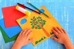 孩子做了一棵苹果树,云彩,在纸外面的草 孩子的容易和乐趣工艺:被撕毁的纸拼贴画 纸树装饰品 免版税库存照片