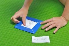 孩子做了手拉的画框 图库摄影