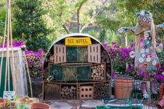 孩子做了蜂旅馆 库存照片