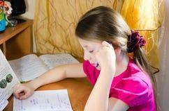 孩子做家庭作业 库存图片