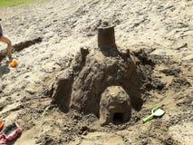 孩子做的沙子城堡在夏天 免版税库存图片