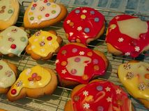 孩子做的被冰的饼干 免版税库存图片