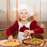 孩子做薄饼 孩子的主要类烹调的意大利 库存照片