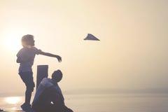 孩子做飞行他的纸飞机 库存图片