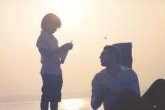 孩子做飞行他的纸飞机 免版税库存图片